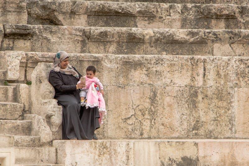 AMMAN, JORDANIA - 3 DE MAYO DE 2016: Selfi árabe joven de la mujer fotografía de archivo libre de regalías