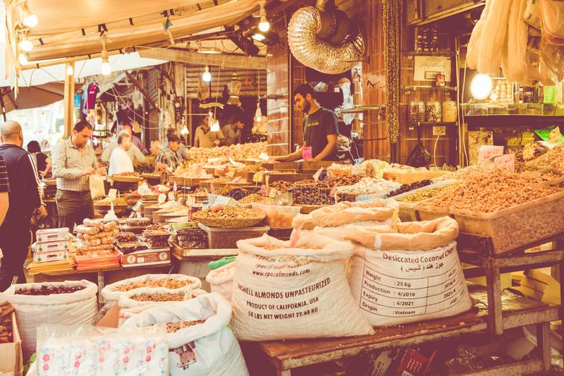 AMMAN, JORDANIEN - März 2019: Gewürze, Nüsse und Bonbons kaufen auf dem Markt in Amman-Stadtzentrum, Jordanien Wahl von arabische lizenzfreies stockfoto