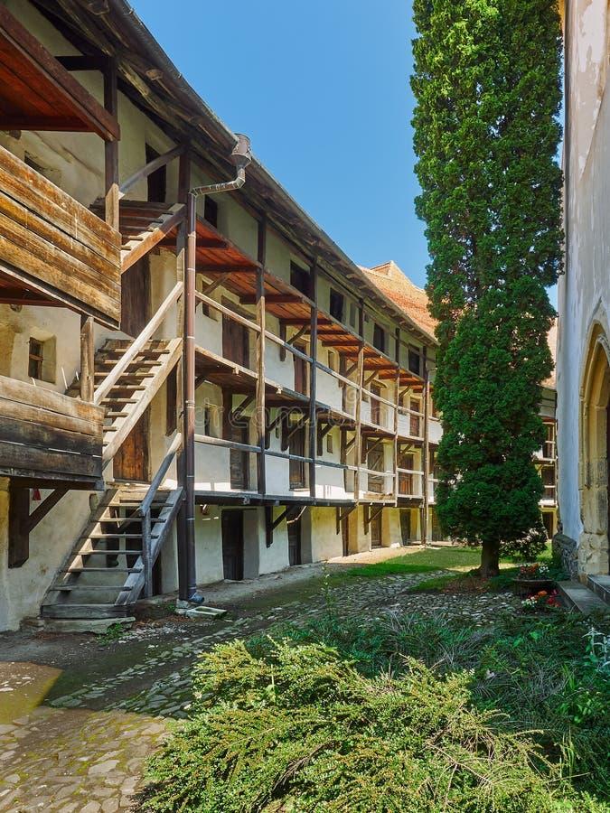 Ammassi le abitazioni, chiesa fortificata in Prejmer, Romania fotografia stock