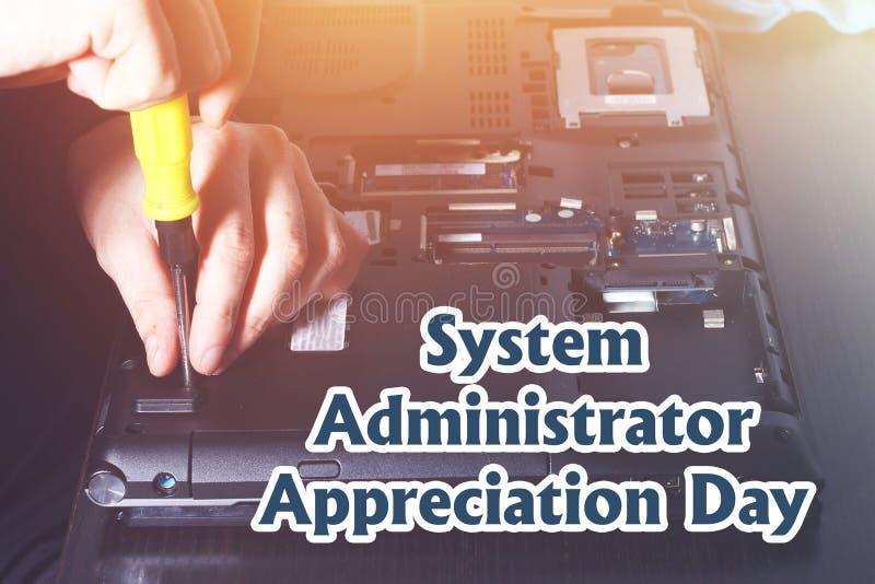 Amministratore di sistema Appreciation Day Cartolina per la festa Il tipo sta riparando il computer portatile fotografia stock