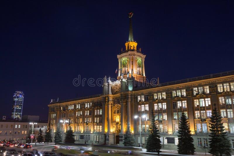 Amministrazione alla notte, Ekaterinburg della città fotografie stock