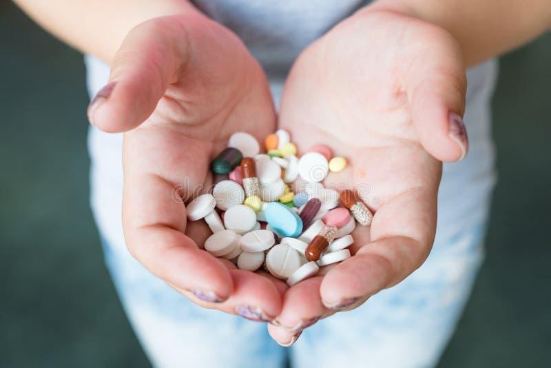Amministrazione della droga di dosaggio delle mani della capsula delle pillole fotografia stock