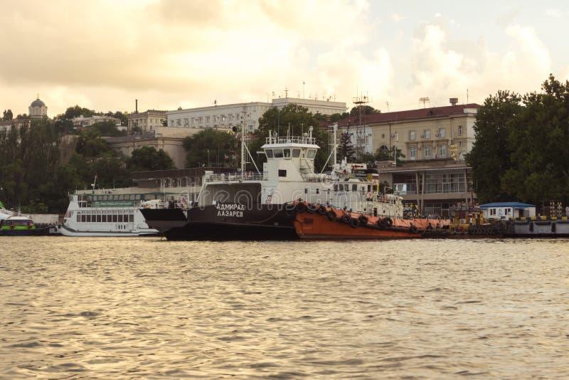 Ammiraglio Lazarev, l'iscrizione-ammiraglio Lazarev, capitano ZADOROZHNY del traghetto fotografia stock libera da diritti