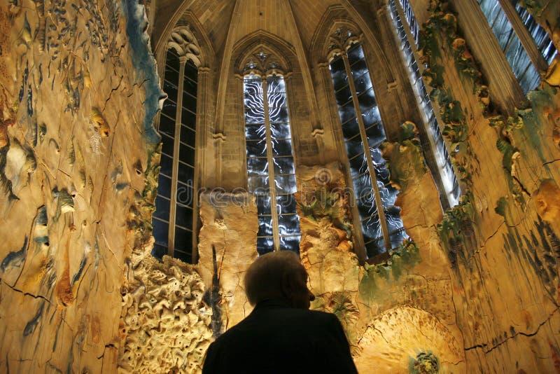 Ammirare la cappella di Miquel Barcelo nella cattedrale di Mallorca fotografia stock libera da diritti