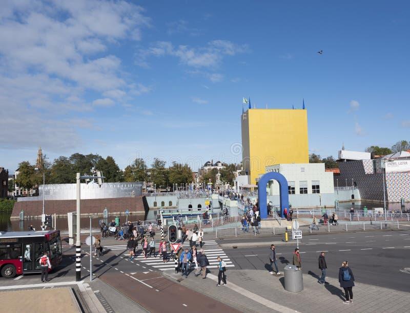Ammucchi sul quadrato e sul ponte vicino al museo del groninger a Groningen immagine stock