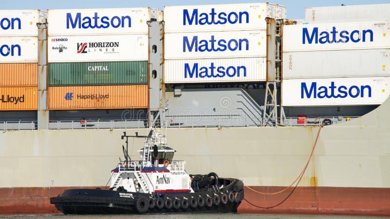 AmNav Tugboat rewolucja pomaga ładunku statku MANOA manewr int obraz stock