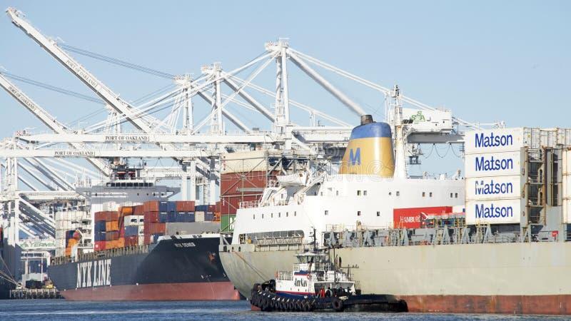 AmNav Tugboat swoboda pomaga ładunku statku MAUI manewr w th obrazy stock