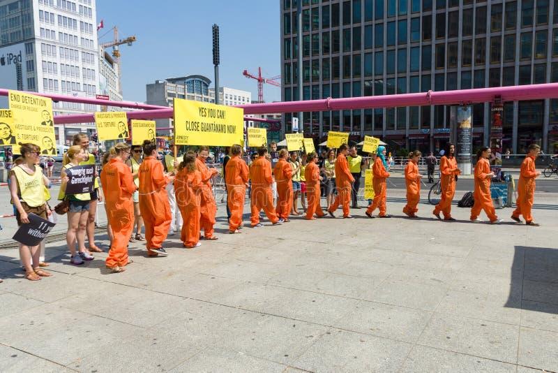 Amnesty International aktywistów protest przy Potsdamer Platz obrazy stock