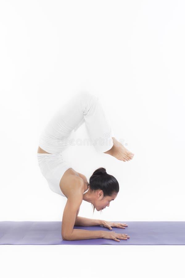 Amo asiático del entrenamiento de la yoga foto de archivo