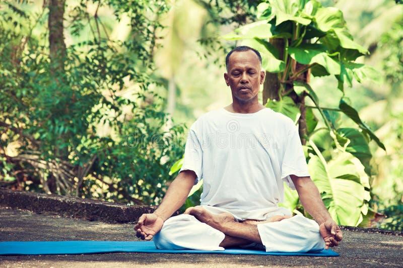 Amo de la yoga en la India foto de archivo
