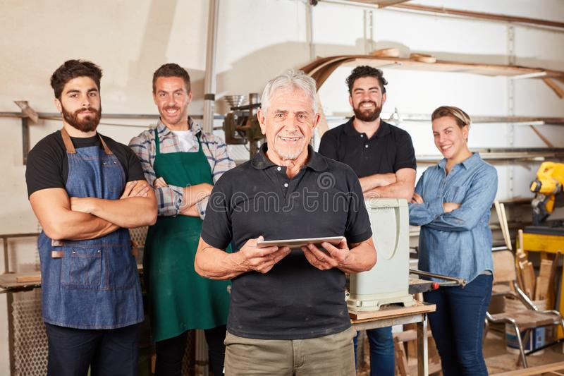 Amo del artesano delante del equipo del carpintero foto de archivo libre de regalías