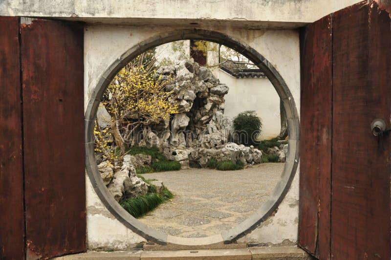 Amo del jardín de las redes visto a través de la puerta de la luna, Suzhou, China imagenes de archivo