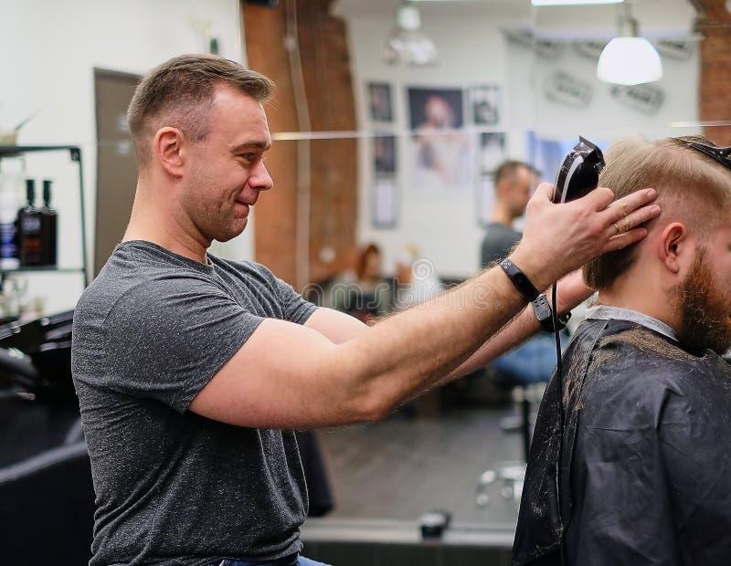 Amo en el corte del pelo Buen corte de pelo del buen humor para un cliente satisfecho fotografía de archivo