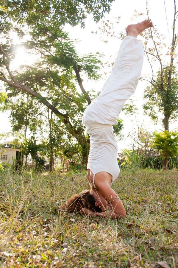 Amo femenino de la yoga foto de archivo