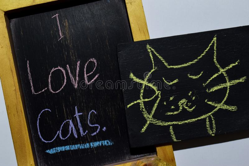 Amo i gatti su scritto a mano variopinto di frase sulla lavagna immagine stock