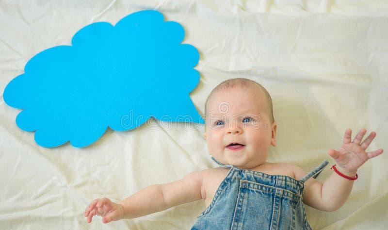 Amo i miei genitori Felicità di infanzia Ritratto di piccolo bambino felice Piccola ragazza Posso parlare Parola in nuvola Dolce fotografia stock