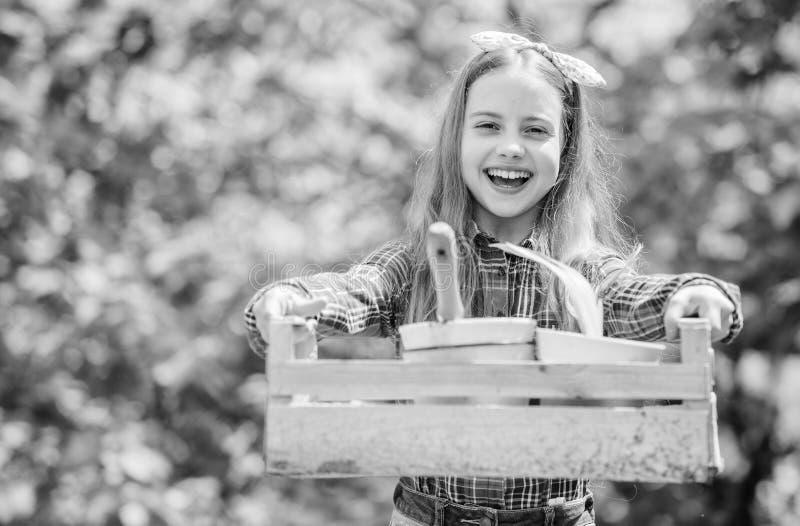 Amo il mio job bambino della bambina nell'azienda agricola di estate della foresta Infanzia felice bambina con gli strumenti di g immagini stock