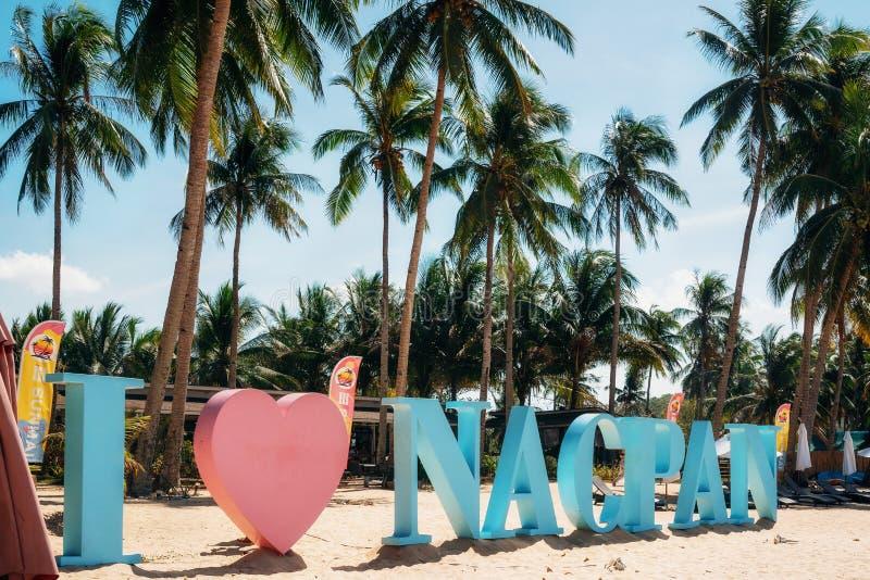 Amo il segno di Nacpan sulla spiaggia contro le palme, Palawan, le Filippine fotografia stock