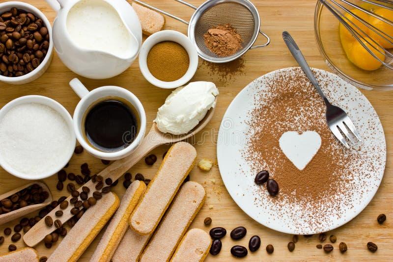 Amo il tiramisù Ingredienti per produrre dessert italiano perfetto immagine stock libera da diritti