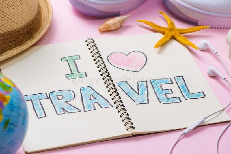 Amo il viaggio scritto sul taccuino della penna Concetto di festa di vacanza immagine stock libera da diritti
