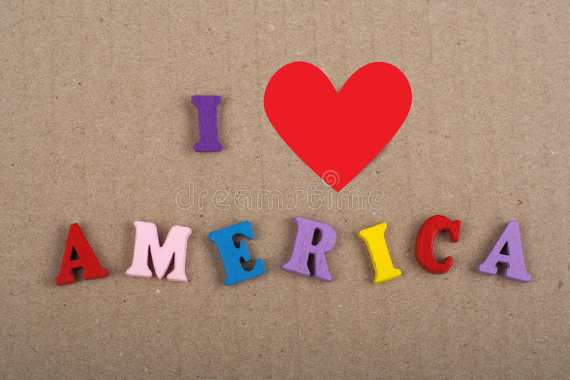 Amo la parola dell'America su fondo di carta composto dalle lettere di legno di ABC del blocchetto variopinto dell'alfabeto, copi fotografia stock