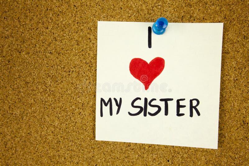 Amo mi tarjeta de la hermana con el corazón Amo mi tarjeta de la hermana con el corazón en fondo del tablero del corcho imagen de archivo