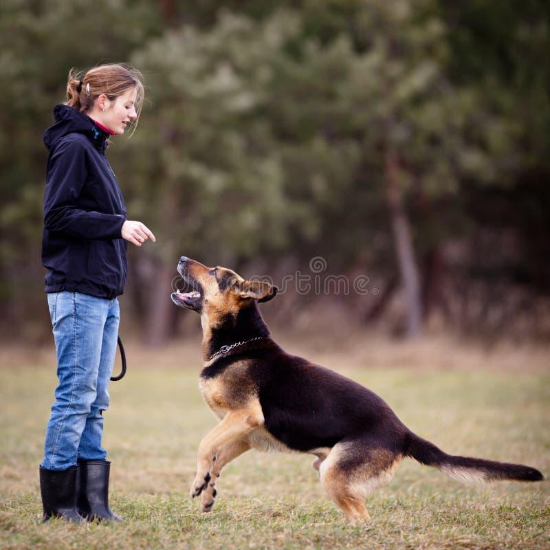 Amo y su perro obediente imagen de archivo libre de regalías
