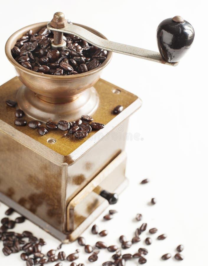 Amoladora de café antigua con los granos de café fotografía de archivo libre de regalías