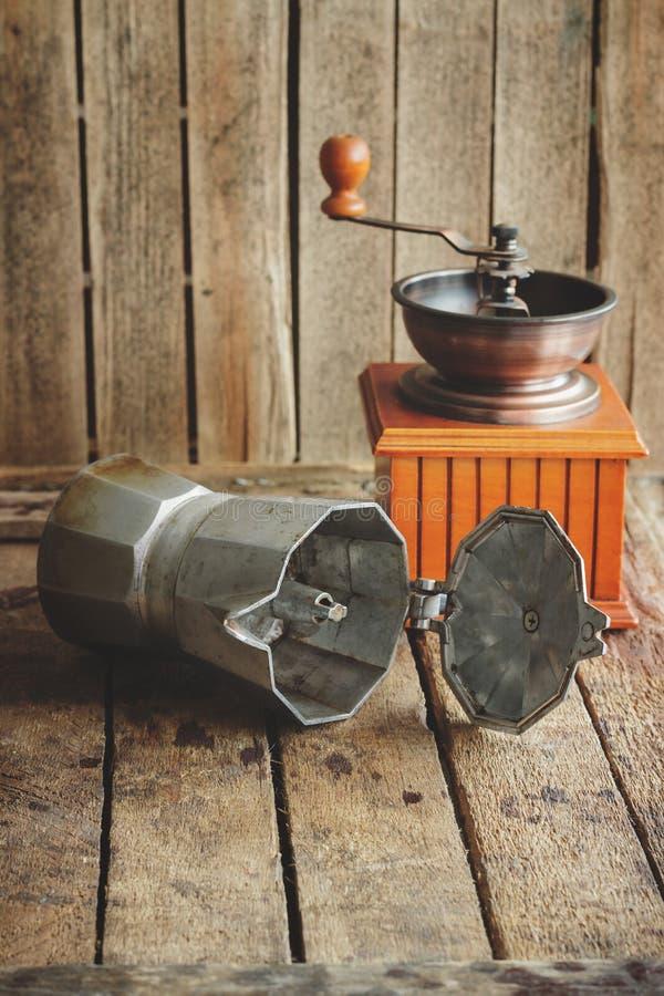 Amoladora de café, cafetera en la servilleta del ` s de la arpillera foto de archivo