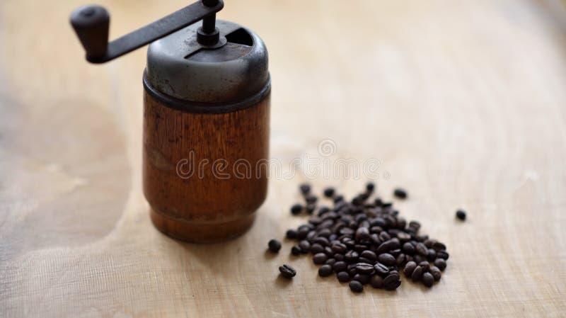 Amoladora de café con las habas del coffe fotos de archivo