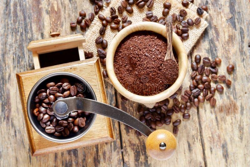 Amoladora de café con los granos de café asados fotografía de archivo libre de regalías