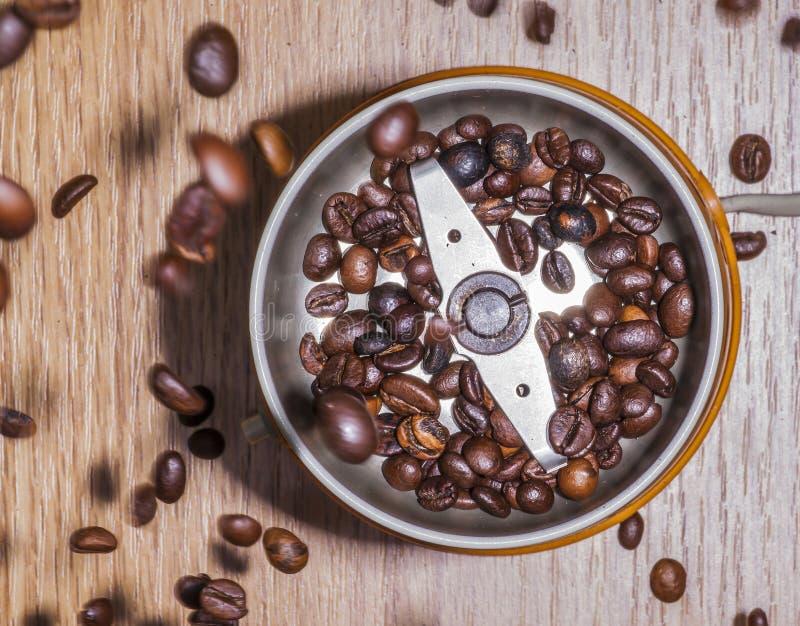 Amoladora de café de Electrict con los granos de café fotos de archivo libres de regalías