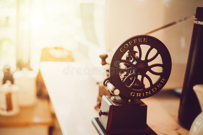 Amoladora de café manual en la tabla en la cafetería fotografía de archivo libre de regalías