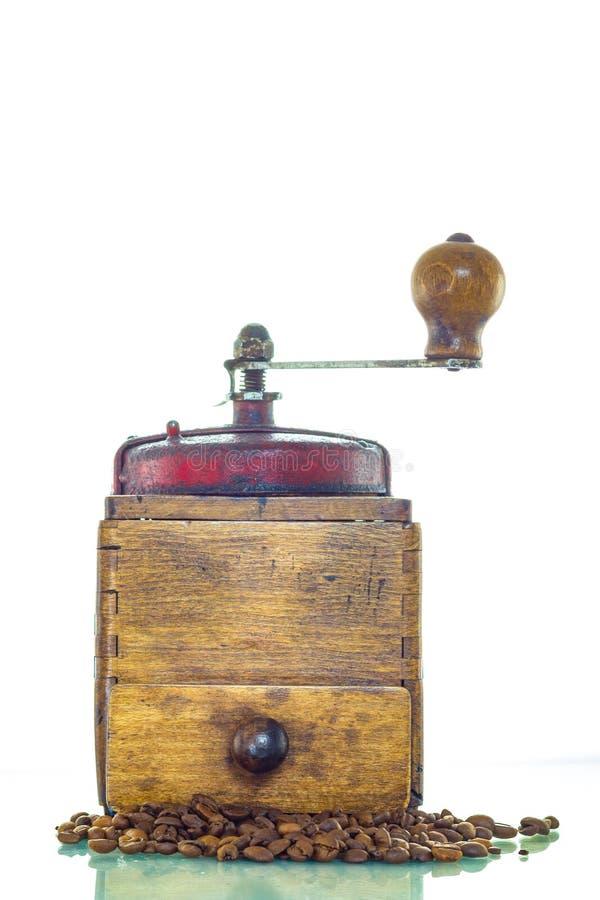 Amoladora de café vieja con las habas imagenes de archivo