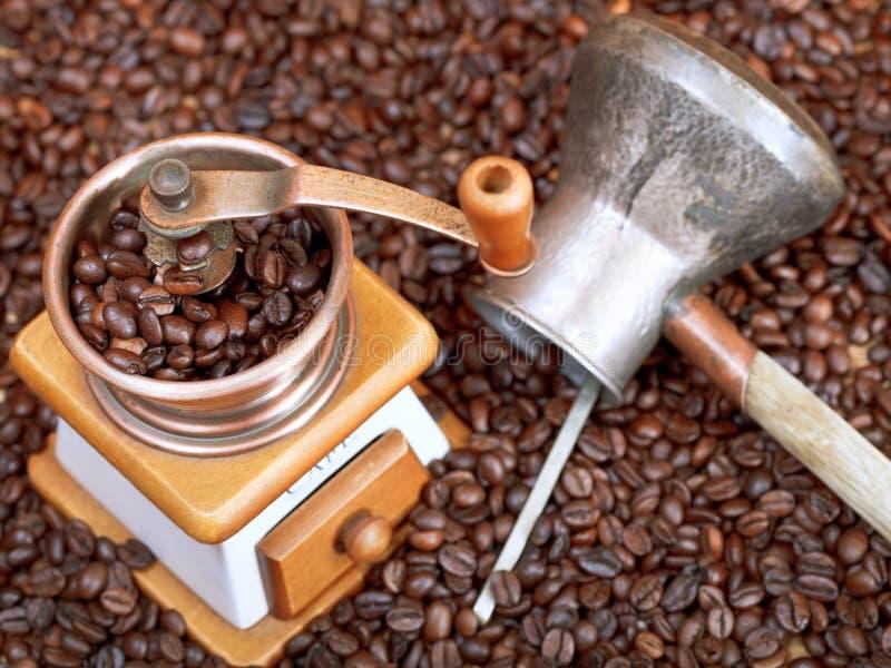 Amoladora de café y pote del cobre en habas asadas fotos de archivo libres de regalías