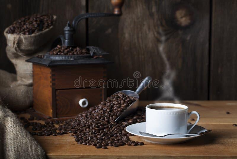 Amoladora de las habas de la taza de café foto de archivo