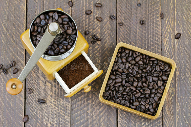 Amoladora de madera de la mano del café del vintage con el café molido dentro fotografía de archivo libre de regalías