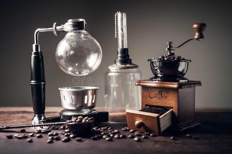 Amoladora japonesa del fabricante de café del sifón y de café imagen de archivo libre de regalías