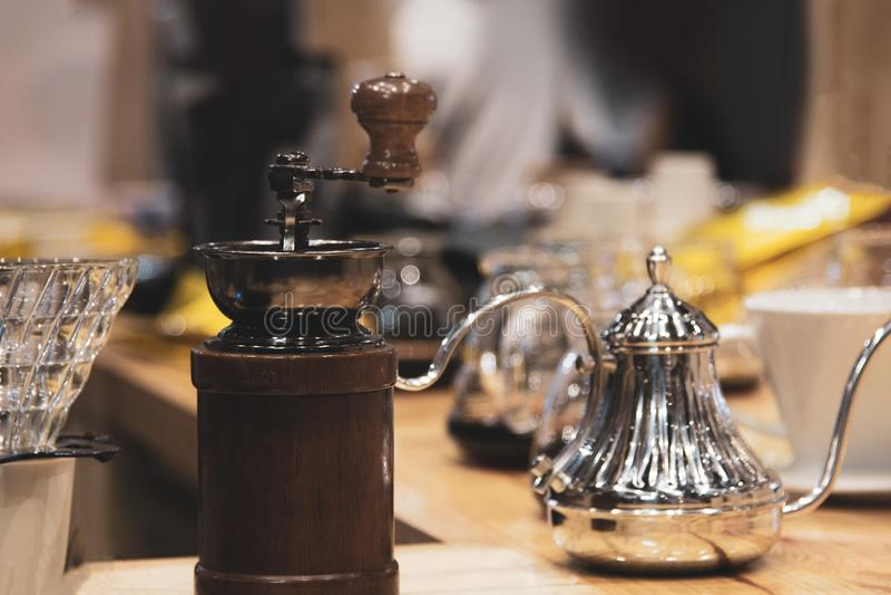 Amoladora Manual Coffee Bean del vintage en la cafetería, goteo del café imagen de archivo