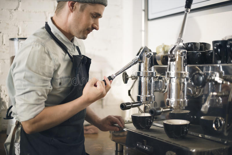 Amoladora Steam Cafe Concept de Barista de la máquina del café imagenes de archivo