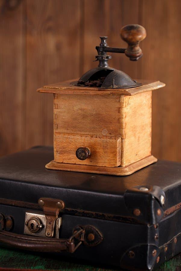 Amoladora vieja del molino de café en la maleta retra fotos de archivo libres de regalías