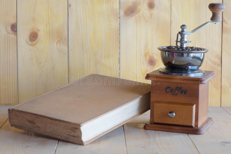 Amoladora y libro de café del vintage fotos de archivo