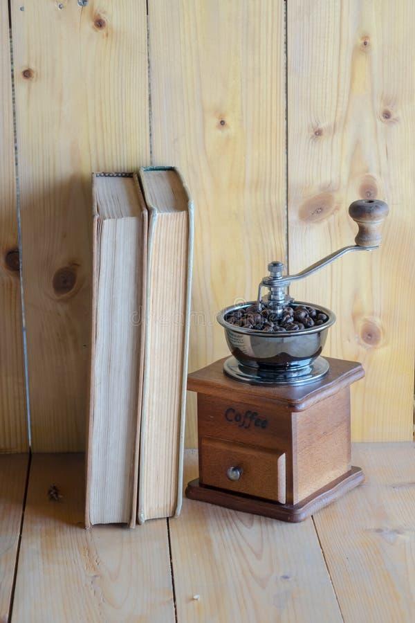 Amoladora y libros de café del vintage fotografía de archivo