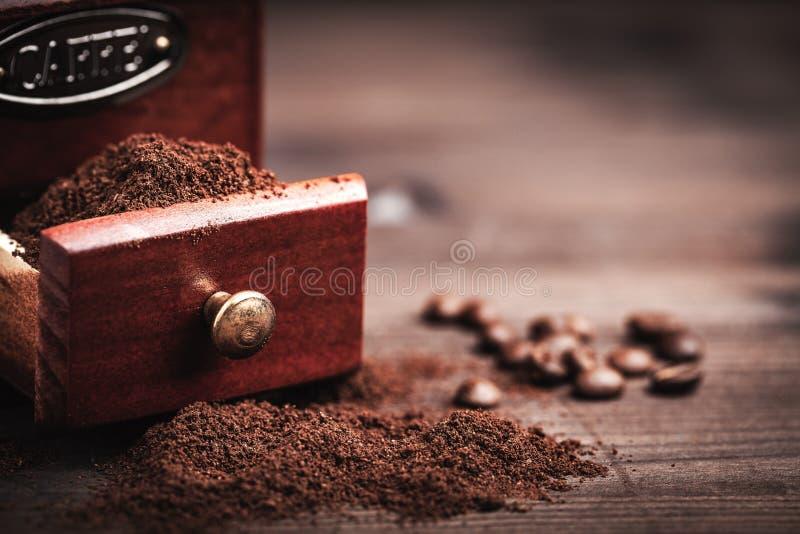 Amoladora y polvo de café imagen de archivo libre de regalías