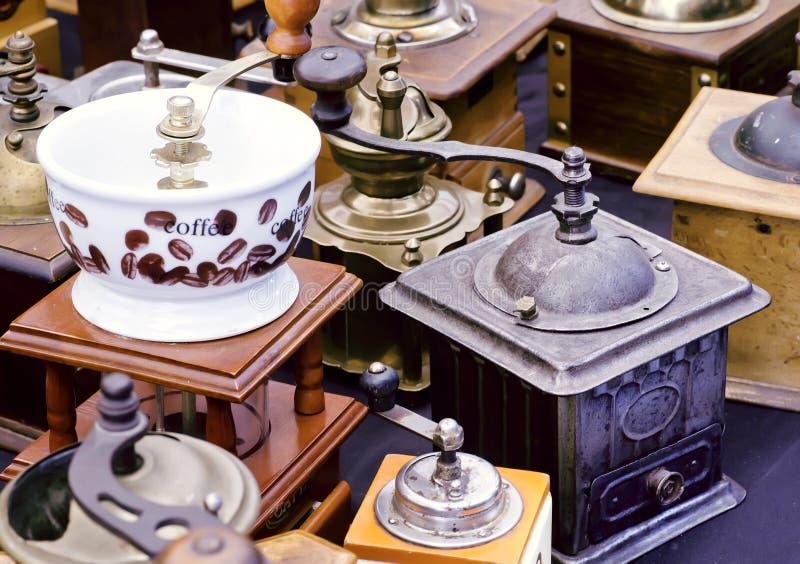 Amoladoras de café en la venta del mercado de pulgas fotos de archivo