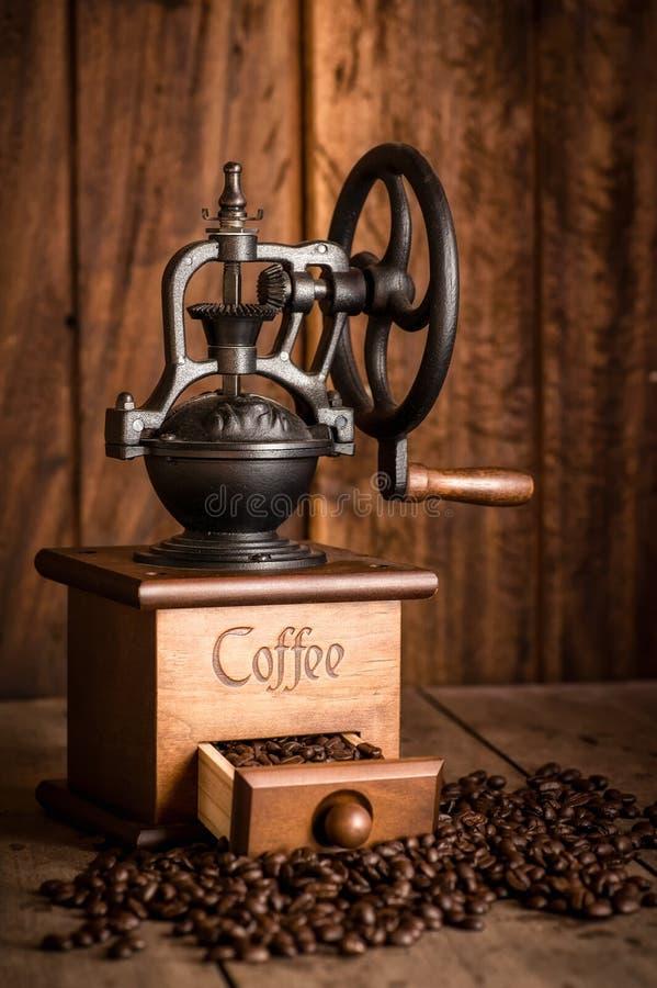 Amoladoras de café y granos de café fotos de archivo libres de regalías