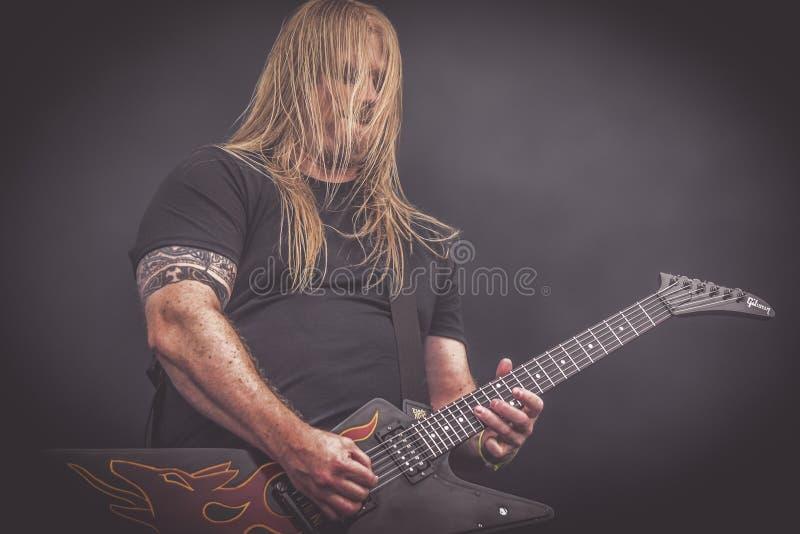 Amon Amarth, Olavi Mikkonen vive il concerto 2016 immagine stock