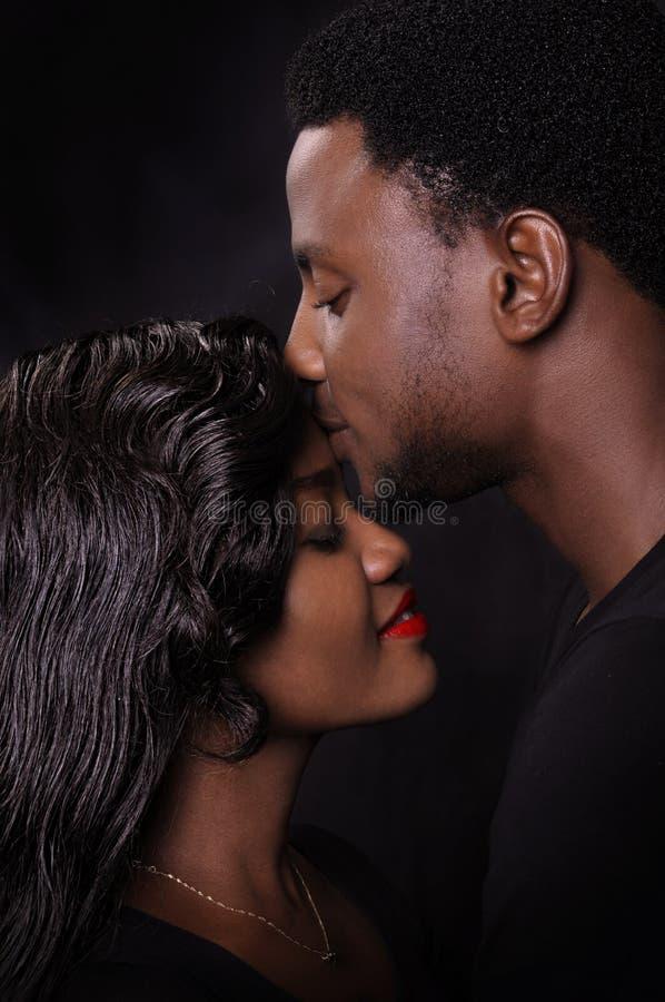 Amor africano dos pares foto de stock