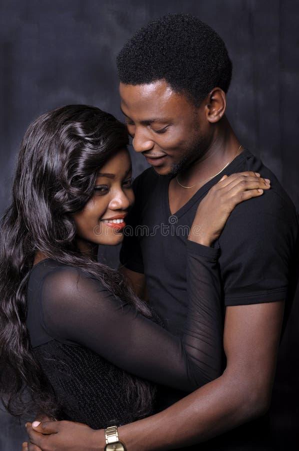 Amor africano dos pares imagem de stock