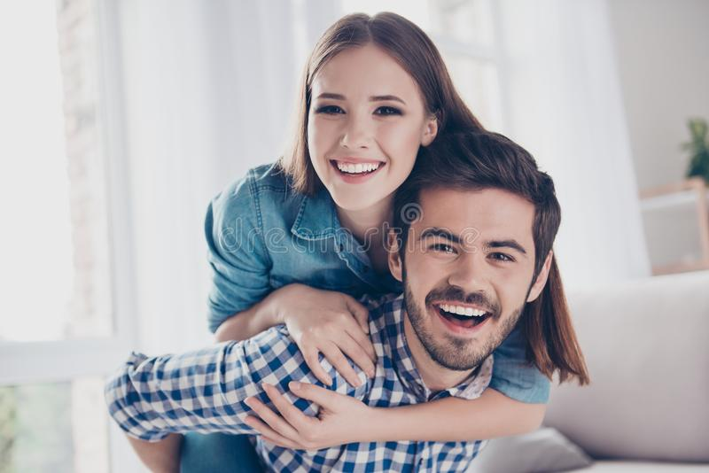 Amor, amizade, confiança, felicidade Pares bonitos de lo novo fotos de stock royalty free